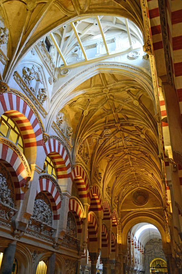 Binnenlands - de beroemde dubbele overwelfde galerijen en het lage aangestoken gewelfde plafond in Mezquita Cordoba, Andalucia, S stock foto's