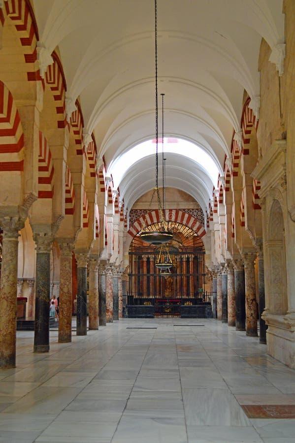 Binnenlands - de beroemde dubbele overwelfde galerijen en de kapel in Mezquita Cordoba, Andalucia, Spanje royalty-vrije stock foto's
