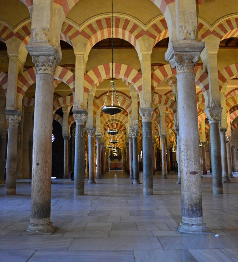 Binnenlands - de beroemde dubbele overwelfde galerijen in Mezquita Cordoba, Andalucia, Spanje stock fotografie