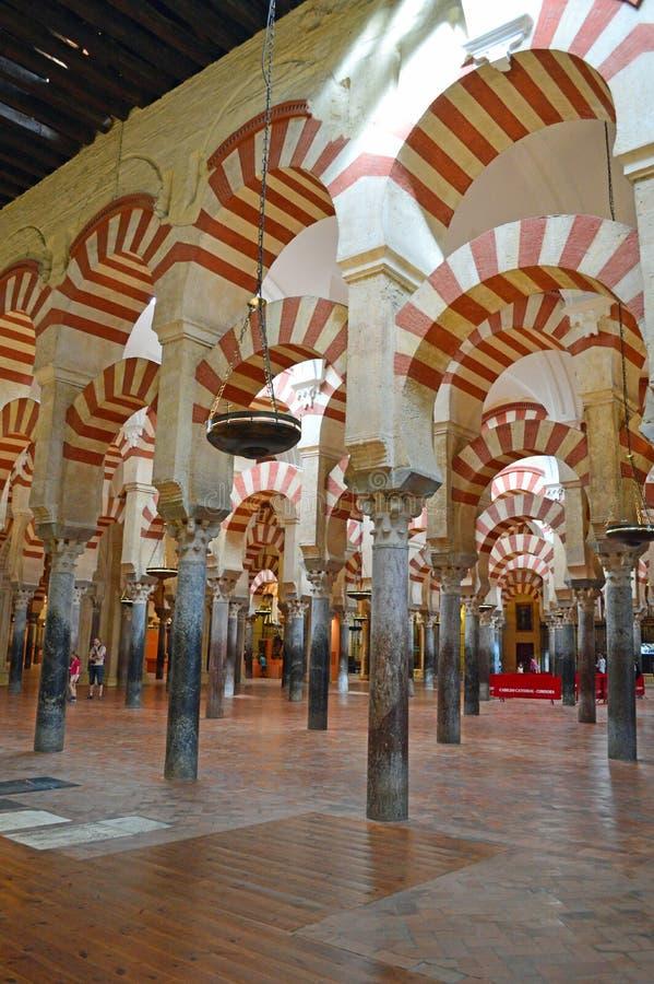 Binnenlands - de beroemde dubbele overwelfde galerijen in Mezquita Cordoba, Andalucia, Spanje royalty-vrije stock afbeeldingen