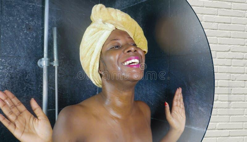 Binnenlands de bezinningsportret van de levensstijlspiegel van jonge mooie zwarte afro Amerikaanse vrouw nat na het hebben van ee stock foto's