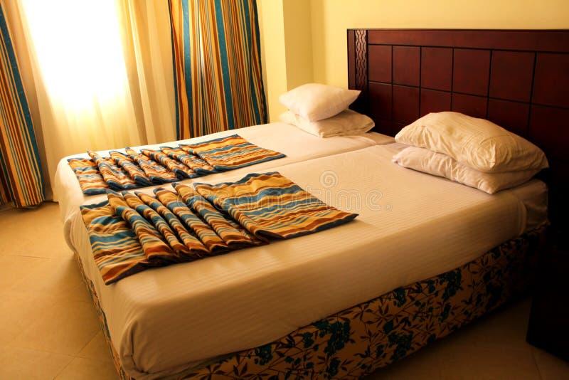 Binnenlands Groot bed in de slaapkamer stock fotografie