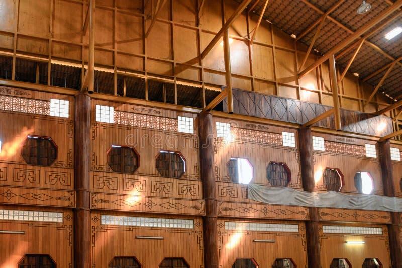 Binnenlands houten Chinees venster met zonlicht het glanzen royalty-vrije stock afbeelding