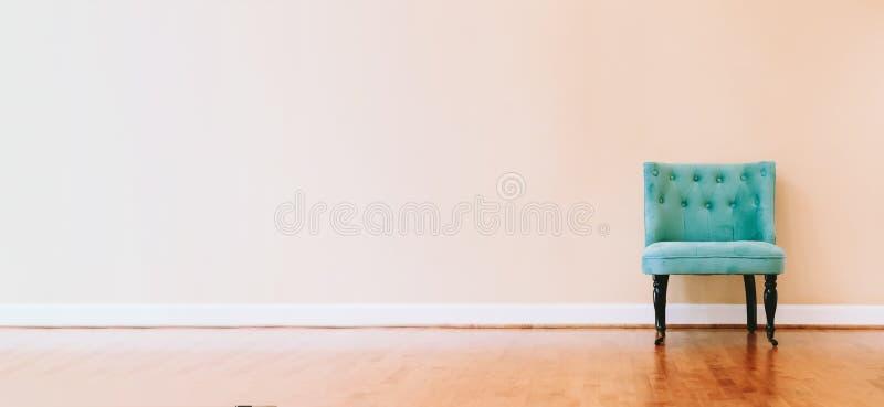 Binnenlands huis met turkooise stoel stock afbeelding
