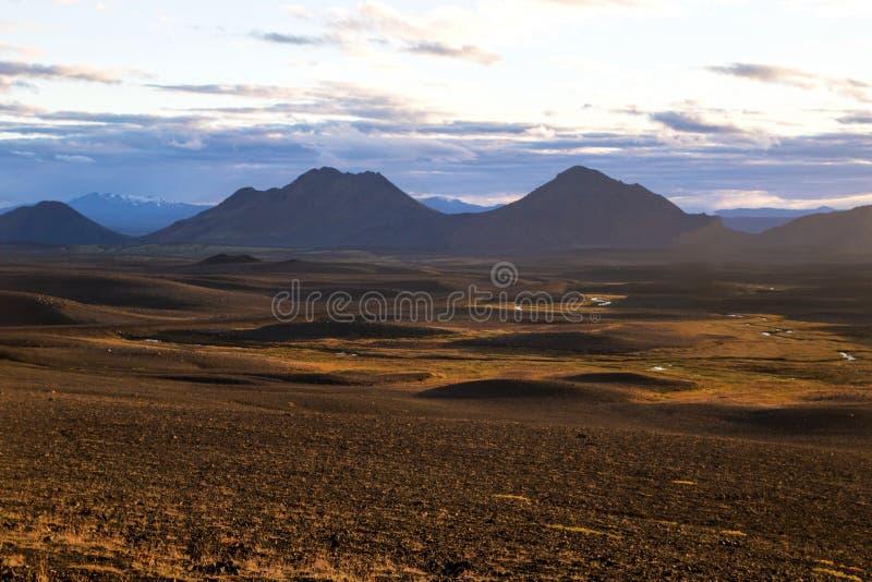 Binnenlands IJsland ` s Centrale Hooglanden van IJsland, roodbruin die berglandschap door vulkanische activiteit wordt gevormd royalty-vrije stock afbeelding