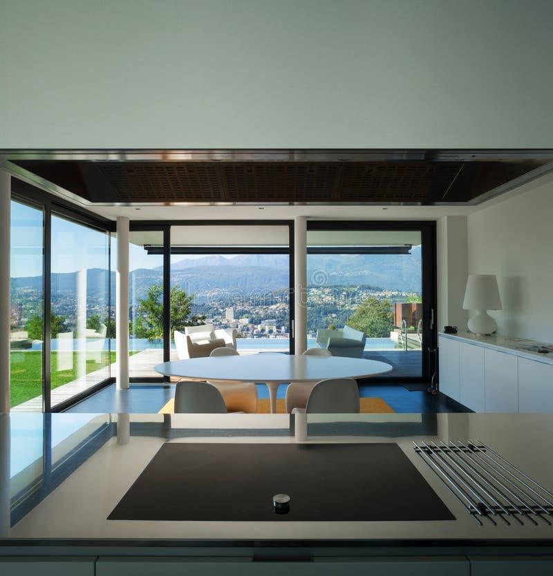 Binnenlands modern huis, eetkamer stock foto's