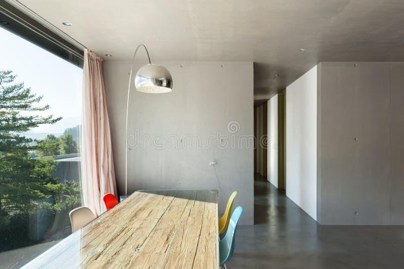 Binnenlands modern huis, eetkamer stock afbeeldingen
