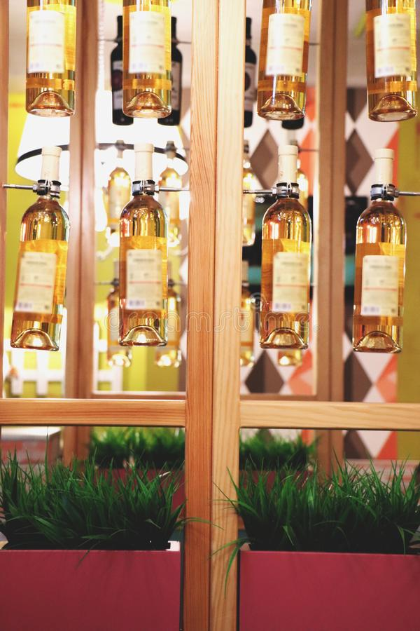 Binnenlands ontwerp in een koffie, restaurant Flessen wijn royalty-vrije stock foto's