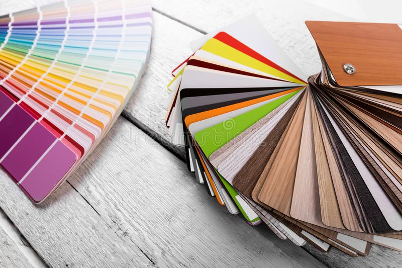 Binnenlands ontwerp - kleur en houten materiële steekproeven op de lijst royalty-vrije stock fotografie