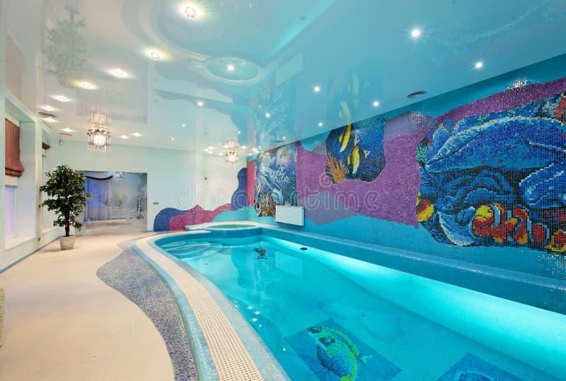 Binnenlands ontwerp in kuuroordstreek met mozaïek zwembad stock foto
