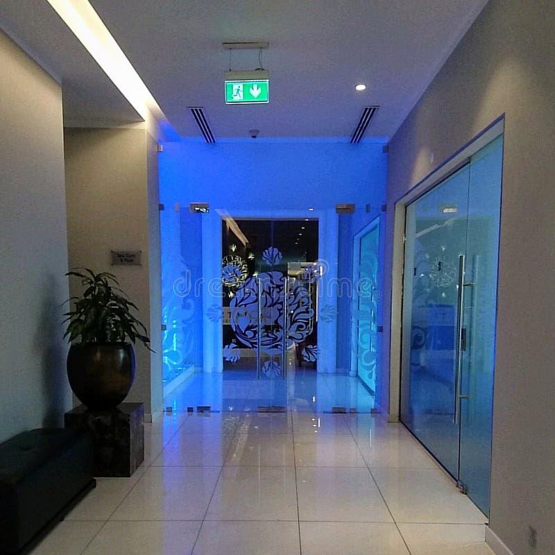 Binnenlands Ontwerp met glasdeur en blauwe verlichting stock fotografie
