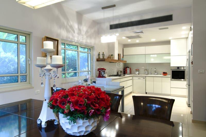 Binnenlands ontwerp van de moderne keuken stock afbeelding