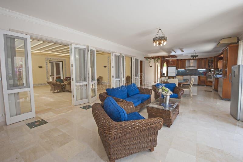 Binnenlands ontwerp van de woonkamer van de luxeflat stock foto