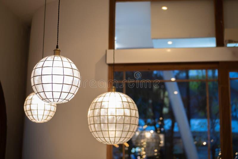 Binnenlands ontwerp van lamp Een LEIDENE gloeilamp is verlichtend en hangend onder een huisdak Verlichtingslamp onder het plafond stock fotografie
