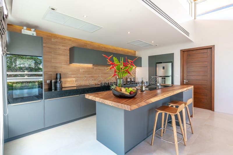 Binnenlands ontwerp in woonkamer en open keukengebied met eettafel royalty-vrije stock foto's