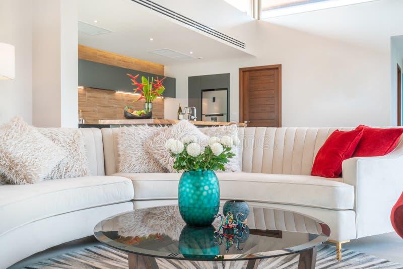 Binnenlands ontwerp in woonkamer met royalty-vrije stock afbeeldingen