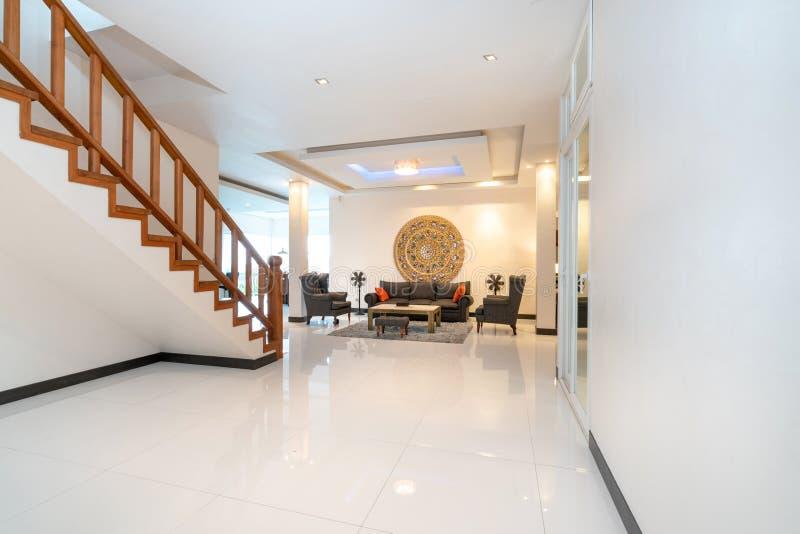 Binnenlands ontwerp in woonkamer met bank of laag stock afbeeldingen