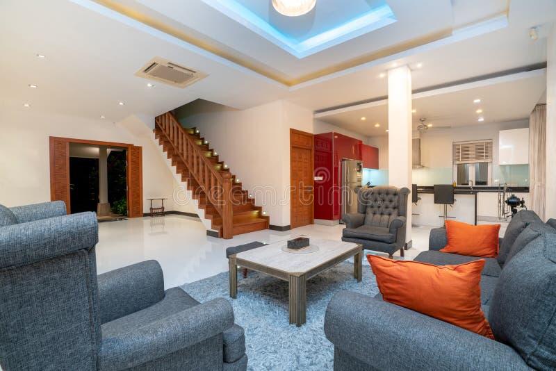 Binnenlands ontwerp in woonkamer met bank of laag stock afbeelding