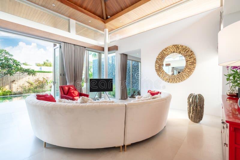 Binnenlands ontwerp in woonkamer met bank of laag en televisie royalty-vrije stock fotografie