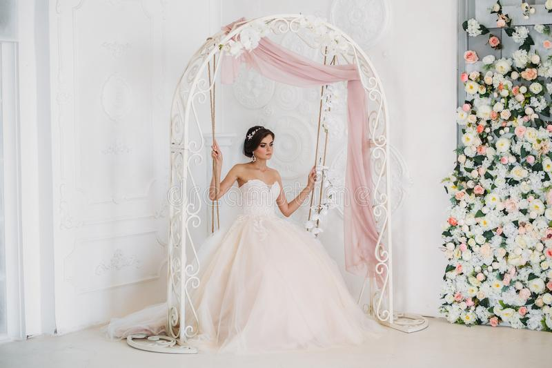 Binnenlands portret van schitterende rbide in witte huwelijkskleding Mooie vrouw met bruids make-up en kapsel amazing royalty-vrije stock foto's