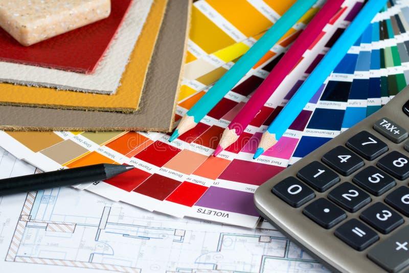 Binnenlands project met palet, leersteekproeven, potloden en calc stock afbeelding