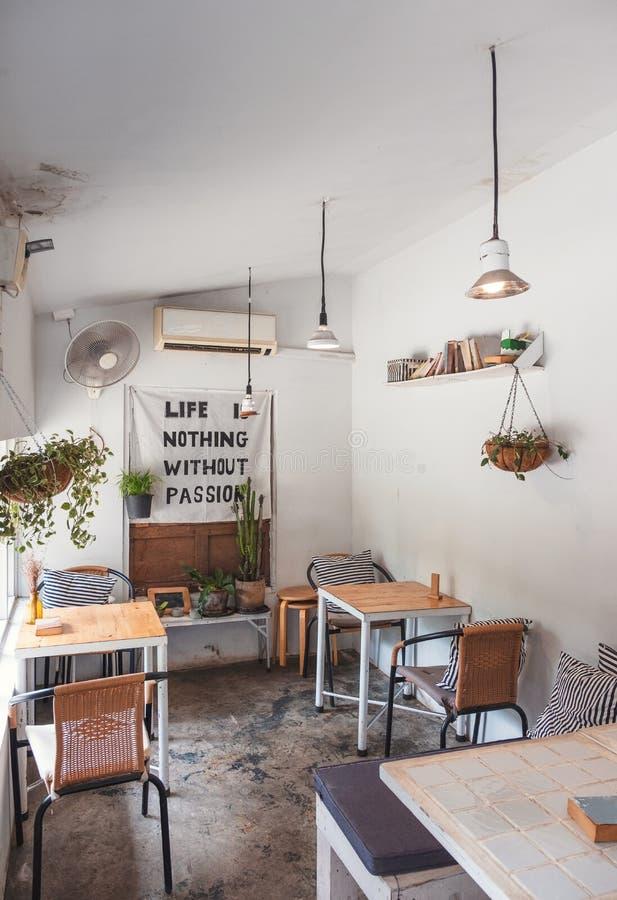 Binnenlands retro ontwerp van witte koffiedecoratie met installatie stock foto's