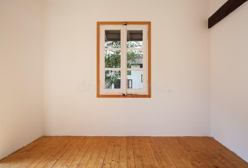 Binnenlands rustiek huis, klein venster stock foto
