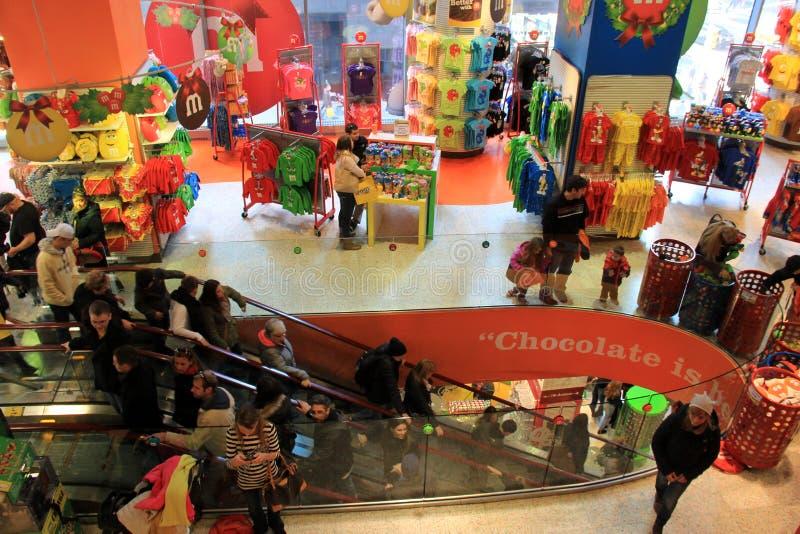 Binnenlands schot van M&M-opslag, met klanten die hun favoriet suikergoed, NYC, 2015 kiezen royalty-vrije stock foto's