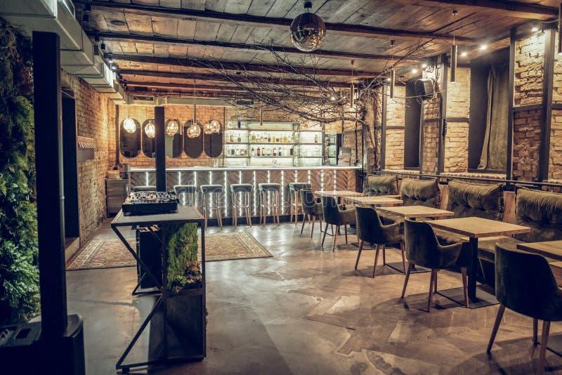 Binnenlands schot van moderne bar die in zolderstijl worden verfraaid stock foto's