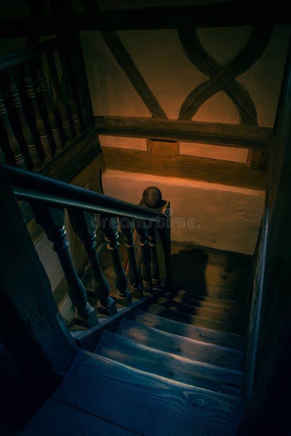 Binnenlands vang van houten stappen in een oud huis royalty-vrije stock foto's