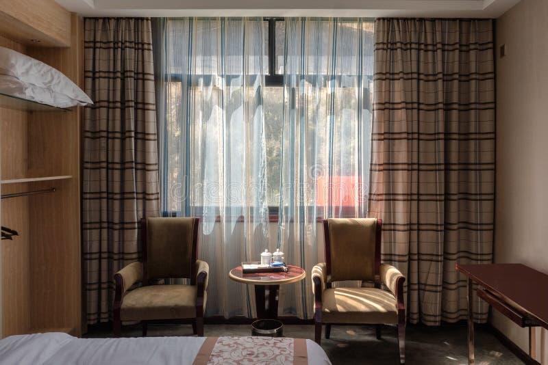 Binnenlands zonlicht door venster met gordijn in houten bruine slaapkamer royalty-vrije stock foto