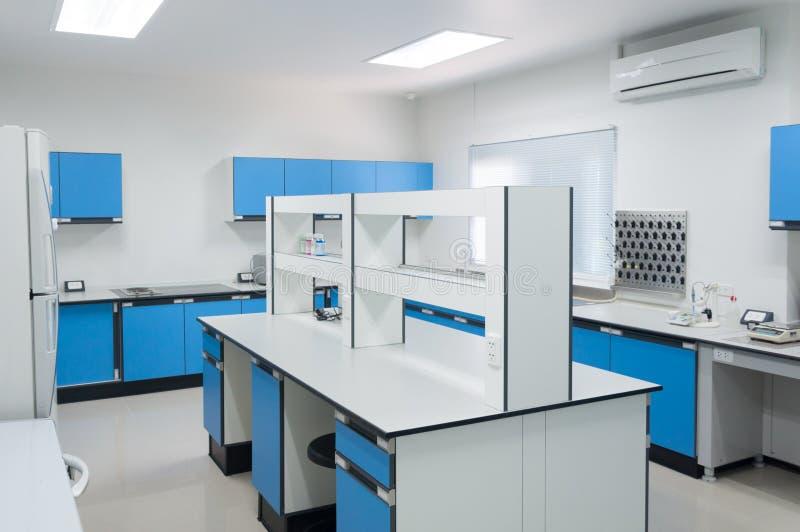 Binnenlandse architectuur van het wetenschaps de moderne laboratorium royalty-vrije stock afbeeldingen