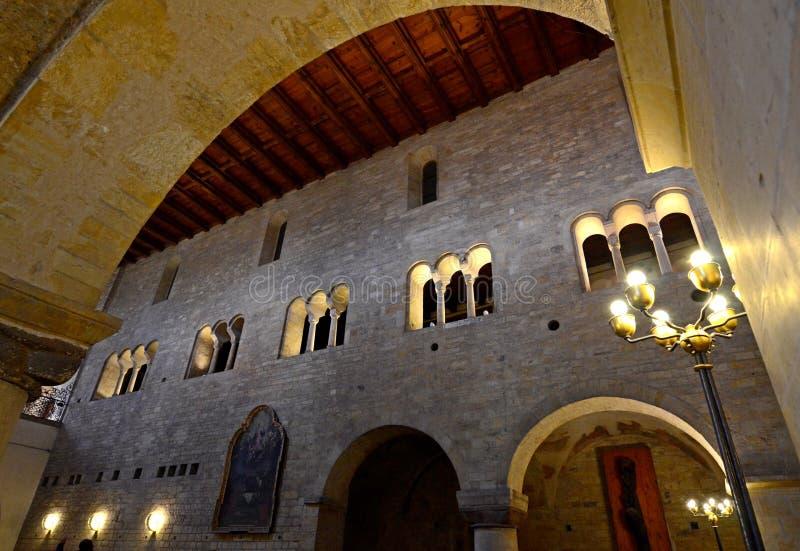 Binnenlandse bogen van de Basiliek van St George in Praag, Tsjechische Republiek royalty-vrije stock fotografie