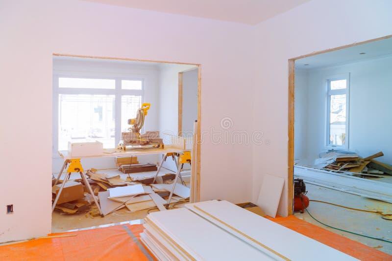 Binnenlandse bouw van woonwijk met deur en geïnstalleerd vormen stock foto