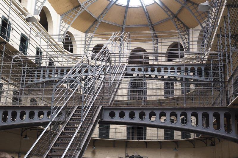 Binnenlandse de gevangeniscellen van de metaaltrap in historische Kilmainham Priso stock fotografie