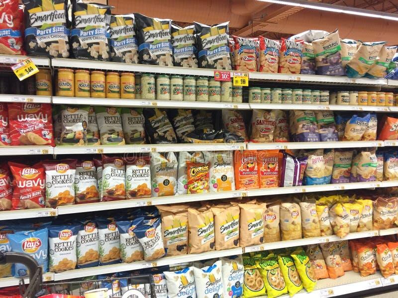 Binnenlandse de snacks en de spaandersdoorgang van de kruidenierswinkelopslag stock afbeeldingen