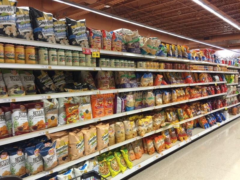 Binnenlandse de snacks en de spaandersdoorgang van de kruidenierswinkelopslag royalty-vrije stock fotografie