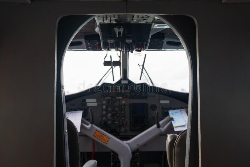 Binnenlandse details van de achtergrond van de de raadscontrole van de vliegtuigcockpit stock fotografie