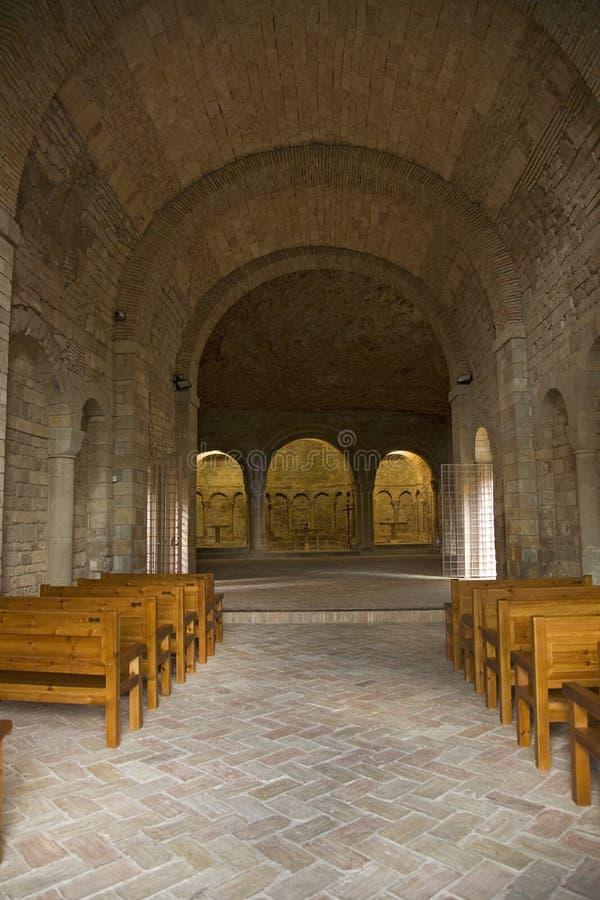 Binnenlandse die mening van Klooster van San Juan de la Pena, Jaca, in Jaca, Huesca, Spanje, van steen onder een grote klip wordt royalty-vrije stock foto