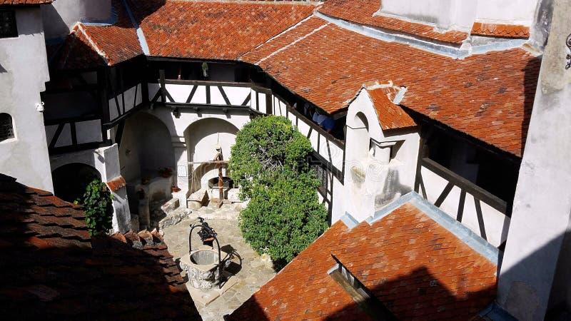 Binnenlandse die werf van het Zemelenkasteel als het kasteel van Dracula ` s, Roemenië wordt bekend stock foto's