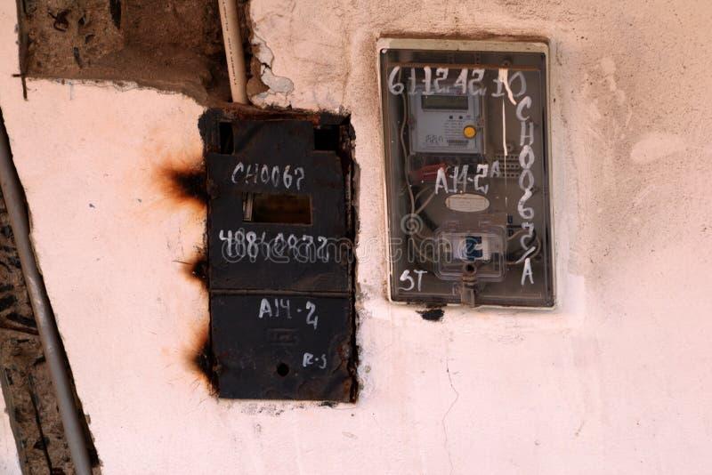 Binnenlandse elektriciteitsmeters die buiten het inbouwen van Chimbote, Peru worden gevestigd stock foto