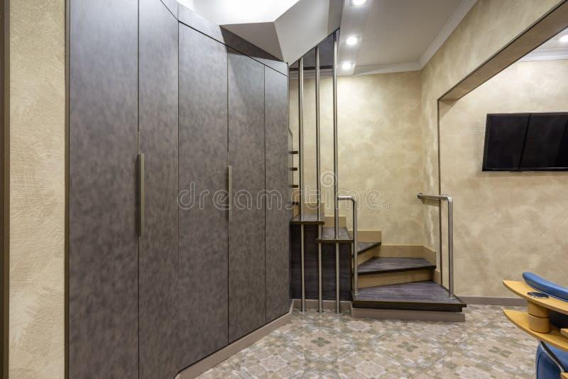Binnenlandse gang, met grote kast en treden aan de eerste verdieping stock foto's
