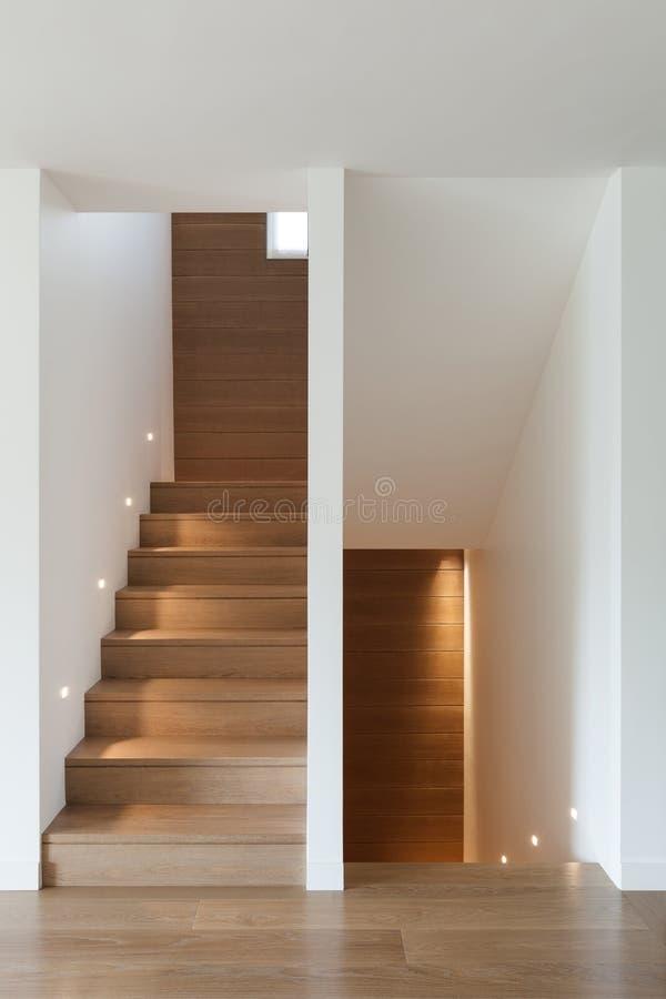 Binnenlandse, houten trap en parketvloer stock foto