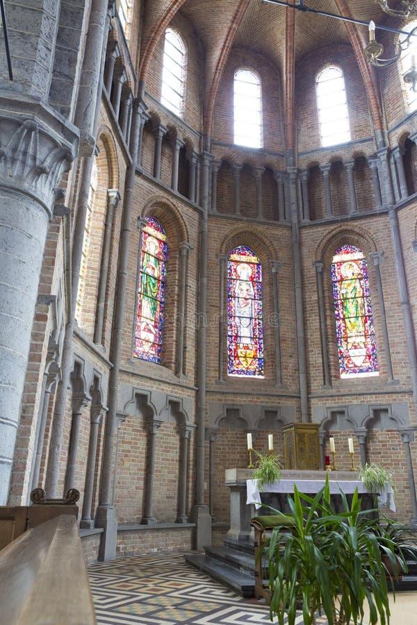 Binnenlandse mening en het altaar van de kerk van Onze Lieve Vrouw Bezoekingkerk Lissewege stock foto's