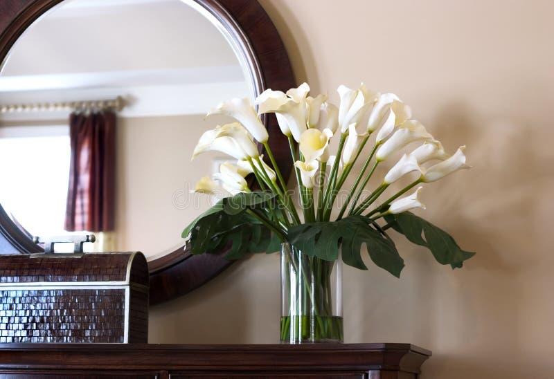 Binnenlandse mening met calla lelies royalty-vrije stock foto
