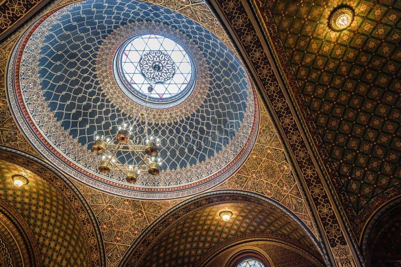 Binnenlandse mening van de koepel van de Spaanse Synagoge van Praag royalty-vrije stock afbeeldingen