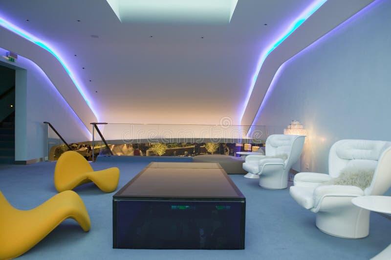 Binnenlandse mening van modern plaatsingsmeubilair in eerste klassenzitkamer van Maagdelijke Luchtvaartlijnen bij de Luchthaven v royalty-vrije stock fotografie
