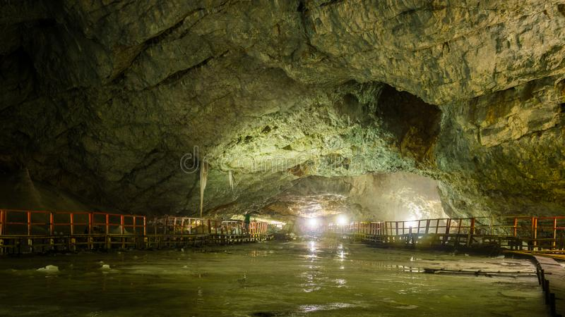 Binnenlandse mening van ondergrondse gletsjer in Scarisoara-Ijshol, Roemenië - 01 sept., 2018 royalty-vrije stock afbeeldingen