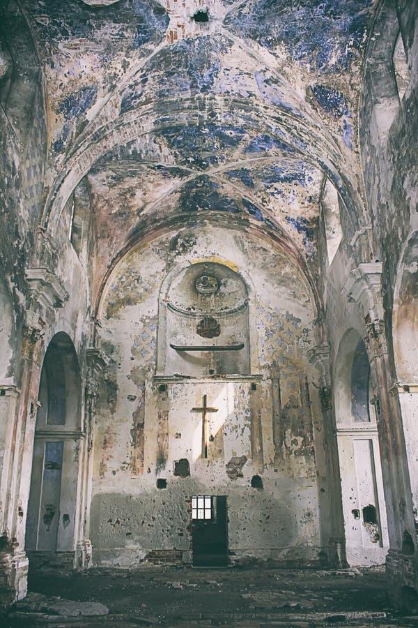 Binnenlandse mening van verlaten en beschadigde Kerk royalty-vrije stock afbeelding