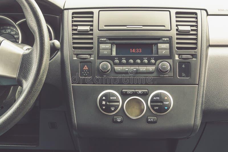 Binnenlandse mening van voertuig Moderne het dashboard dichte omhooggaand van de technologieauto klimaat stock foto's